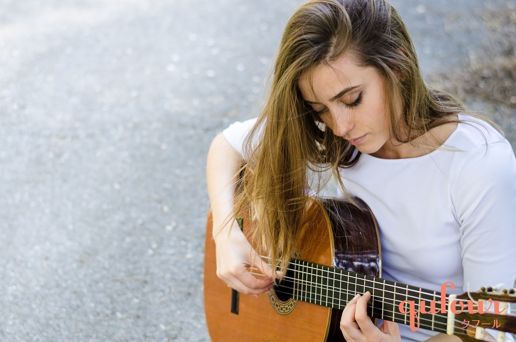 disfrutar solteria tocando guitarra